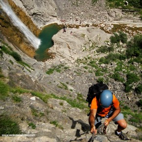 SERES DEL RETORNO_FERRATA BROTO_PIRINEOS_1- en el primer tramo de la ferrata con la cascada del sorrosal bajo nosotros