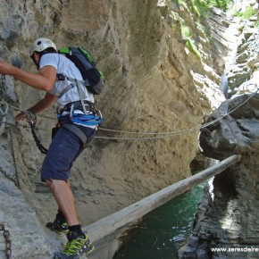SERES DEL RETORNO_FERRATA BROTO_PIRINEOS_3- al salir del tunel, en la pasarela de madera